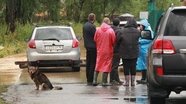 Жители обсуждают ситуацию на подтопленной дороге в Байкальске