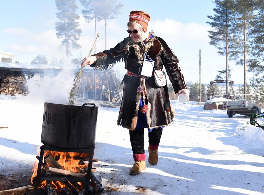 Практикующий нойд (шаман) и хранитель традиционных знаний народа саами Надя Фенина варит уху на празднике Мистический север. Праздник весеннего равноденствия