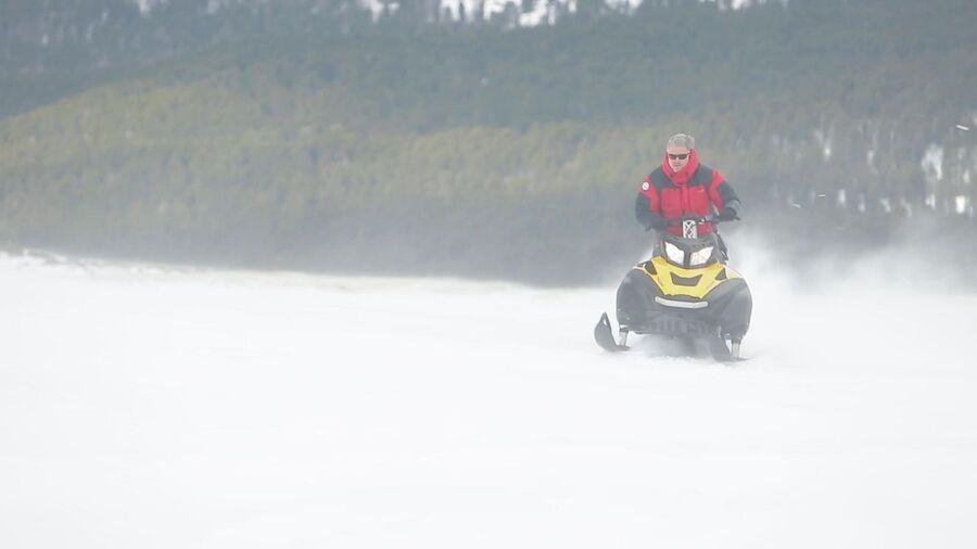 Алтай. Валдис Пельш на снегоходе во время съемок фильма