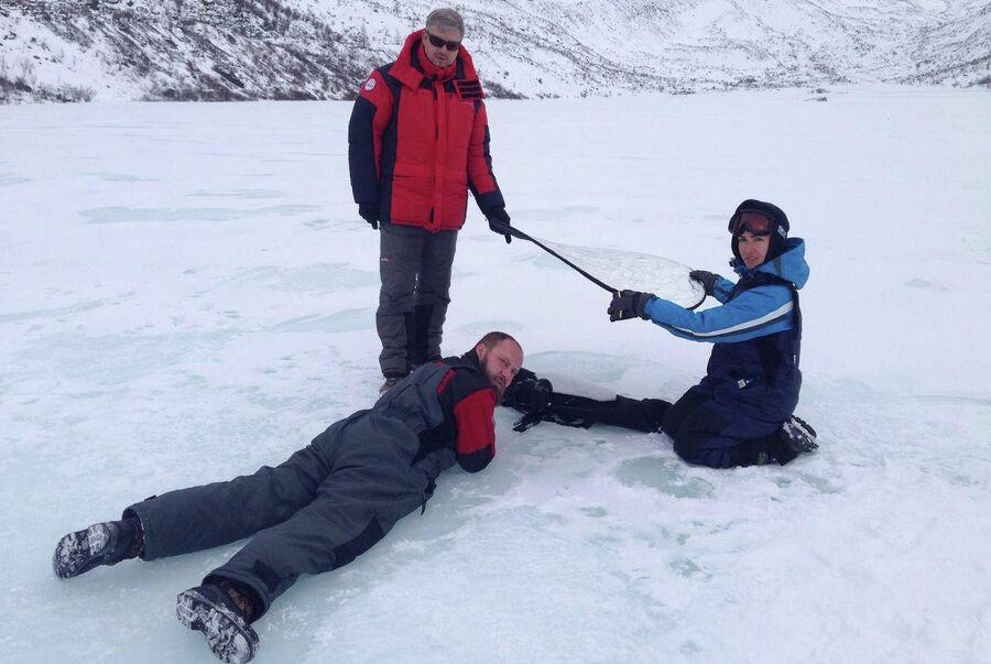 Алтай. Валдис Пельш с режиссером и оператором у подножия горы Белуха во время съемок фильма