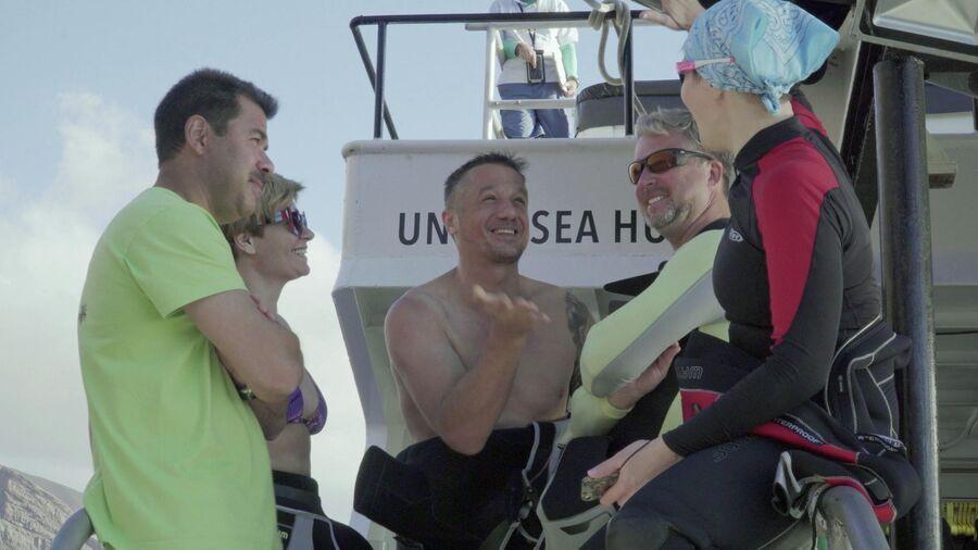Мексика, остров Гуадалупе. Валдис Пельш с героями фильма после первого погружения к акулам