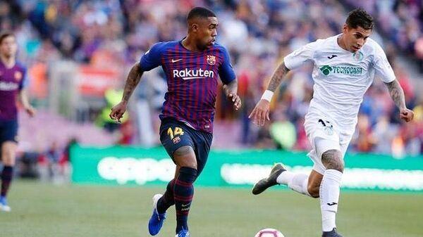 Нападающий футбольного клуба Барселона Малком (слева)