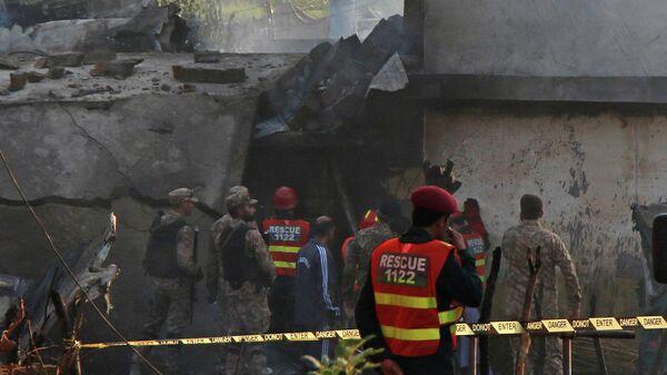 Военные и спасатели на месте крушения военного самолета, Пакистан. 30 июля 2019