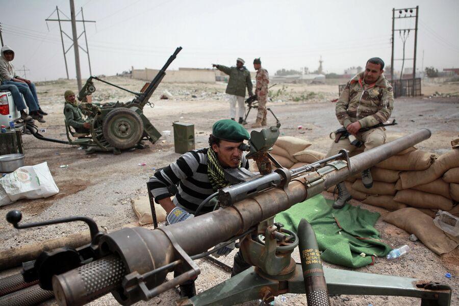 Бойцы сил ливийской оппозиции у города Брега