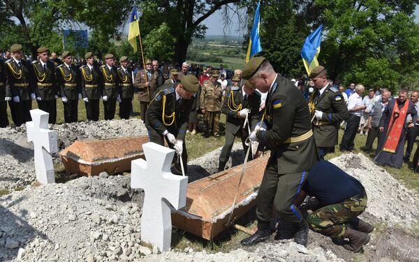 Перезахоронение солдат, погибших в сражении при Бродах в июле 1944 года, в селе Красное Золочевского района Львовской области
