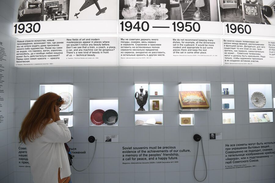 Посетительница на выставке Посмотрим выставку! или Культурный код ВДНХ в рамках проекта Резидент на ВДНХ в Москве