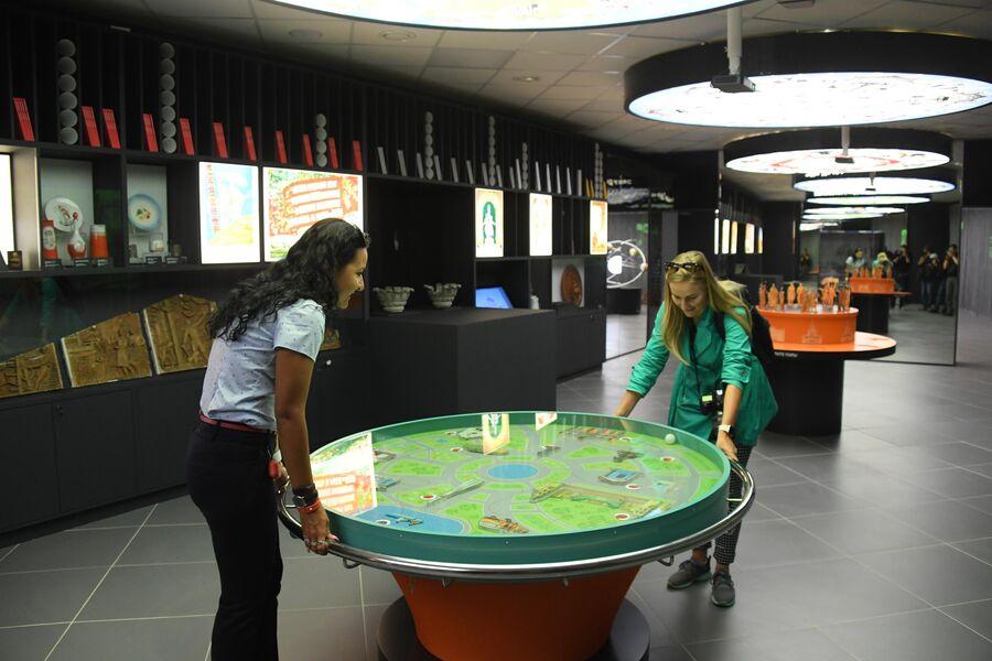 Посетительницы играют в музее ВДНХ в Москве