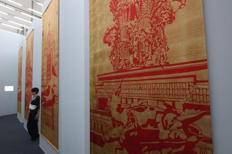Посетительница на выставке Посмотрим выставку! или Культурный код ВДНХ в рамках проекта Резидент на ВДНХ в Москв