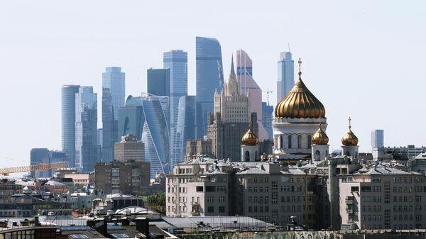 Небоскребы делового центра Москва-сити, здание Министерства иностранных дел РФ и храм Христа Спасителя
