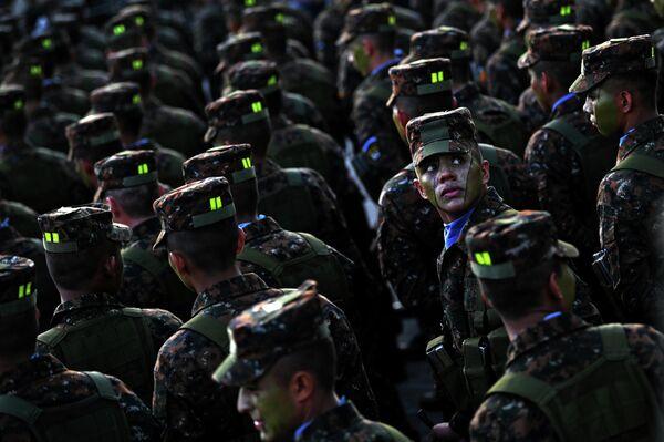 Солдаты, вступающие в ряды вооруженных сил Сальвадора, на площади Херардо Барриоса в Сан-Сальвадоре
