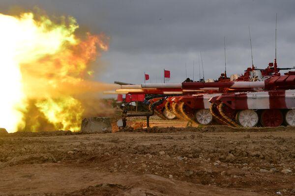 Танки Т-72Б3 команды армии России во время пристрелки по мишеням перед началом международных соревнований Танковый биатлон-2019 на подмосковном полигоне Алабино