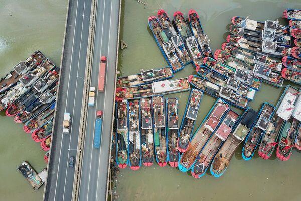 Рыбацкие лодки пришвартованные в порту Ляньюньган, Китай