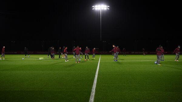 Футболисты Ливерпуля во время игры на тренировочной базе Мелвуд