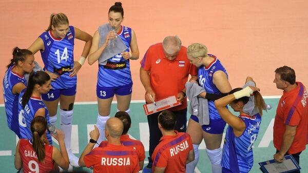 Главный тренер сборной России Вадим Панков (второй справа на втором плане)