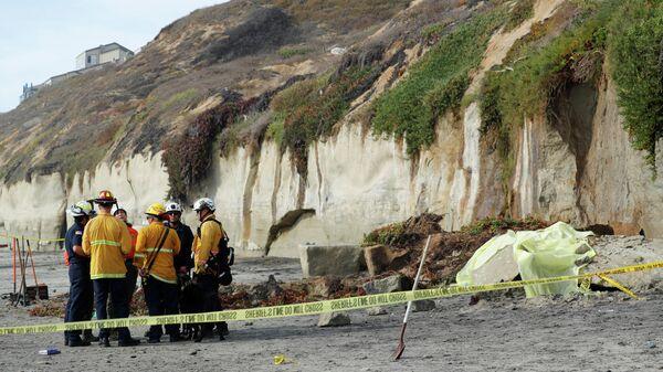 Спасатели на месте обрушения скалы на пляже в Энсинитас, Калифорния. 2 августа 2019