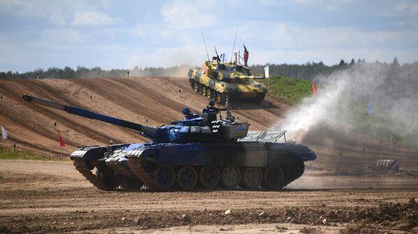 Танк Т-72Б3 команды армии Азербайджана на дистанции соревнований Танкового биатлона