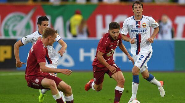 Игрок Рубина Зурико Давиташвили (в центре) и игрок ЦСКА Марио Фернандес