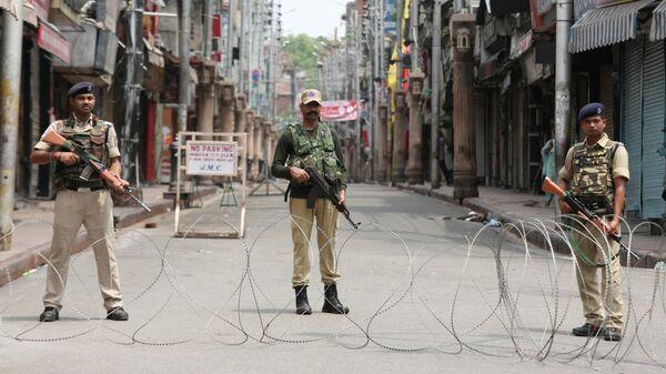 Сотрудники службы безопасности Индии на улице в городе Джамму. 5 августа 2019