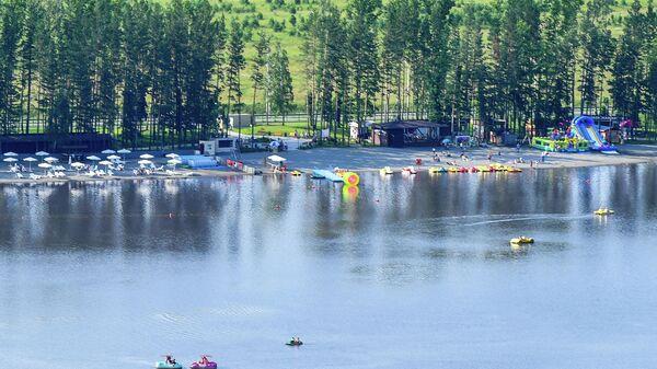 Озеро на территории всесезонного курорта Манжерок в Республике Алтай