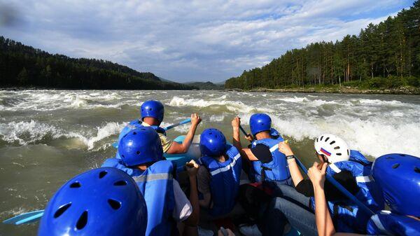 Туристы сплавляются по реке Катунь в Алтайском крае