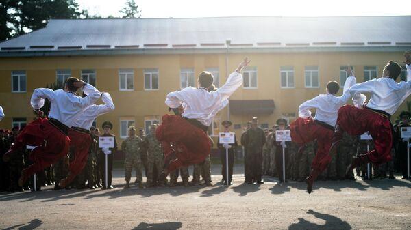 Танцоры в традиционной украинской одежде исполняют гопак на церемонии открытия учений Rapid Trident 2014