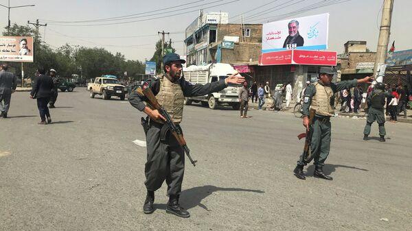 Полицейские возле места взрыва в Кабуле, Афганистан. 7 августа 2019 года