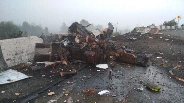 Разрушенный грузовой автомобиль, перевозивший двуокись углерода, в Назаровском районе Красноярского края