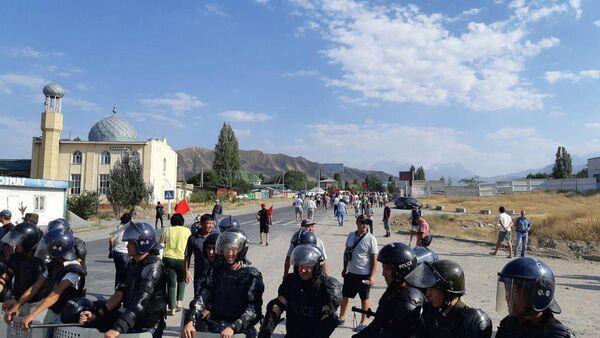Полиция и местные жители в селе Кой-Таш
