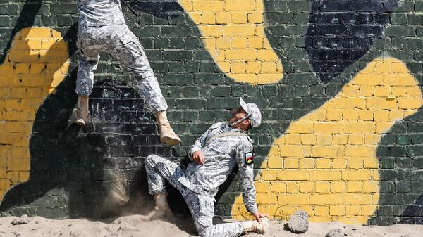 Российские военнослужащие во время преодоления полосы препятствий