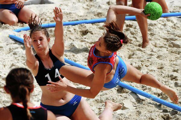 Игроки команды Волгоград-1 (Россия) и игроки команды Сталинград (Россия) в матче этапа Евротура по пляжному гандболу