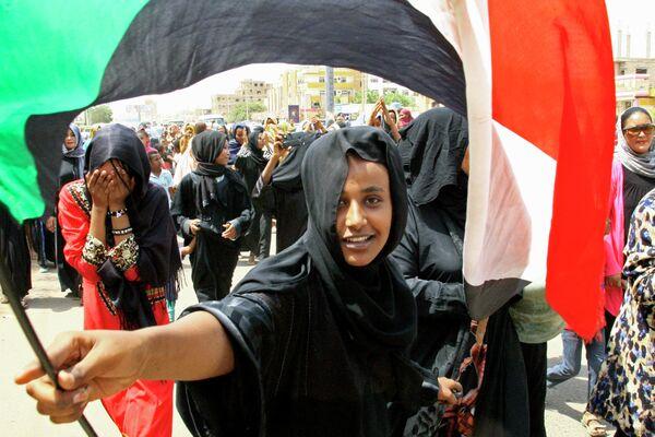 Демонстранты в Хартуме празднуют подписание конституционной декларации между военсоветом и оппозицией. 4 августа 2019 года