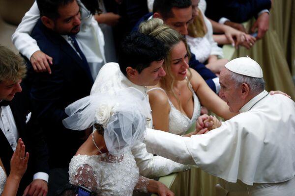 Папа Франциск приветствует верующих в Ватикане