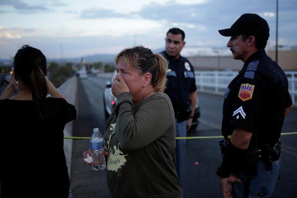 Женщина на месте массовой стрельбы в Эль-Пасо, штат Техас, США
