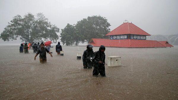 Эвакуация жителей из мест затопления в штате Керала, Индия