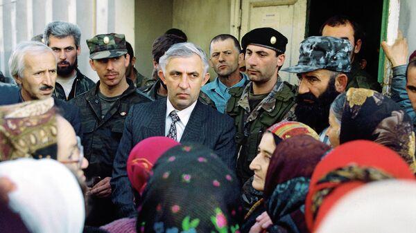 Аслан Масхадов, претендующий на пост президента Чечни, среди избирателей в ноябре 1996 года