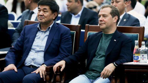 Председатель правительства РФ Дмитрий Медведев и киргизский премьер Мухаммедкалый Абылгазиев