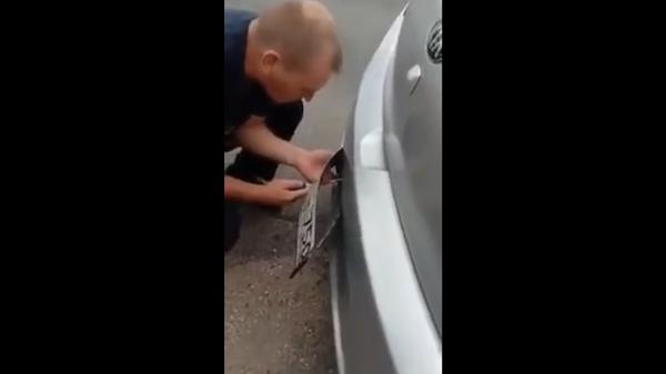 Молдавские полицейские открутили водителю из России номера с автомобиля