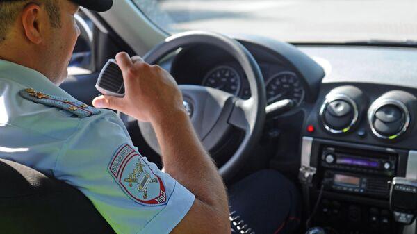 Инспектор дорожно-патрульной службы на маршруте патрулирования