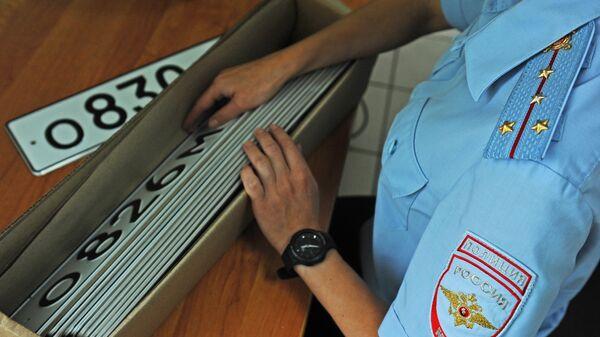 Сотрудник МРЭО ГИБДД УМВД России по Тамбовской области ведет сортировку государственных регистрационных знаков