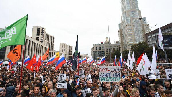 Участники митинга в поддержку незарегистрированных кандидатов в Мосгордуму на проспекте Академика Сахарова в Москве. 10 августа 2019