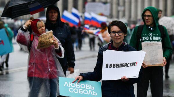Участница митинга в поддержку незарегистрированных кандидатов в Мосгордуму на проспекте Академика Сахарова в Москве