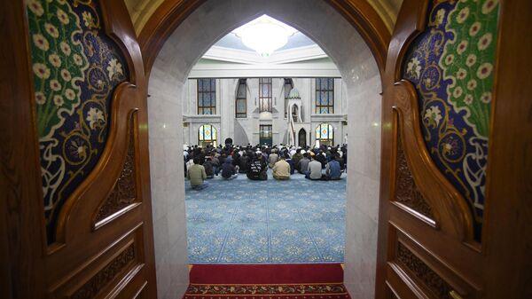 Верующие на намазе в праздник Курбан-Байрам в казанской мечети Кул-Шариф