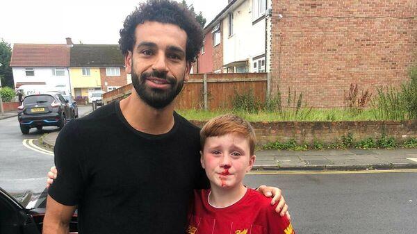 Нападающий Ливерпуля Мохамед Салах сфотографировался с юным фанатом