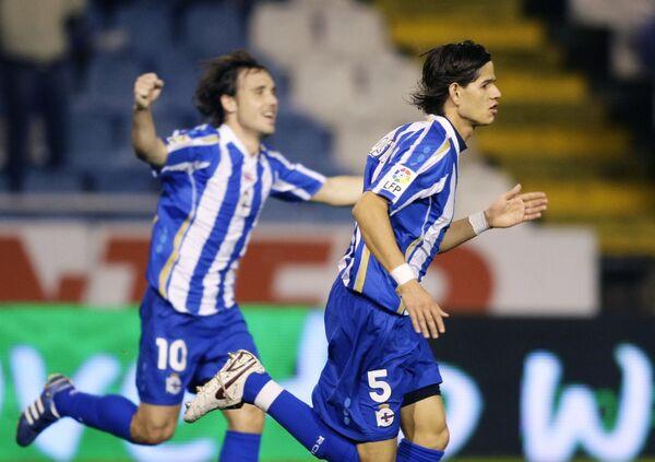 Защитник Депортиво Хосе Зе Кастро (слева) и полузащитник Хоан Верду