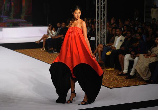 Модель во время показа коллекции дизайнера Nilusha на Swim Week Colombo