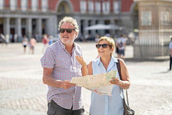 Пожилая пара на площади Пласа-Майор в Мадриде