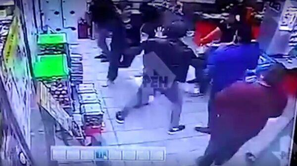 Массовая драка борцов с посетителями магазина в Москве попала на видео