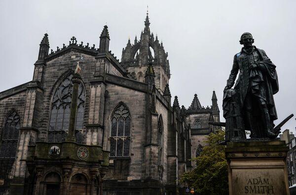 Вид на Собор святого Джайлса и памятник Адаму Смиту в Эдинбурге