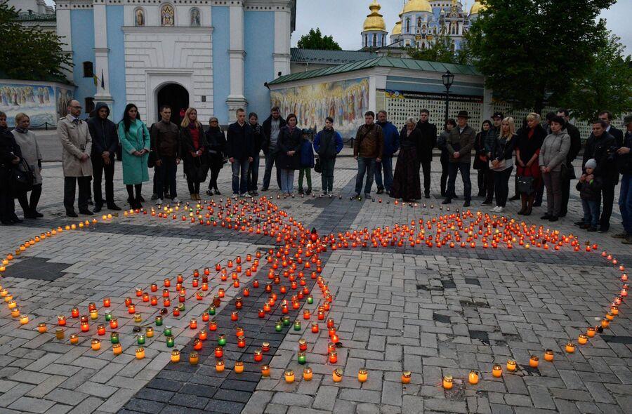 Участники акции, посвященной памяти жертв аварии на Чернобыльской АЭС, на Михайловской площади в Киеве