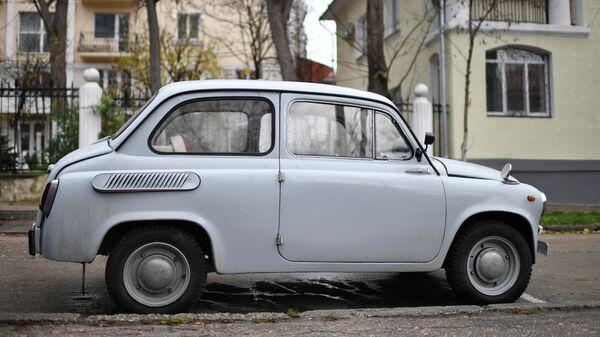 Старый автомобиль в одном из дворов в Севастополе
